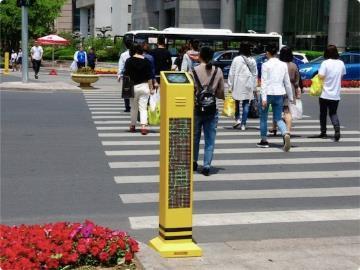 """天津对过马路的 """"低头族""""开罚单"""